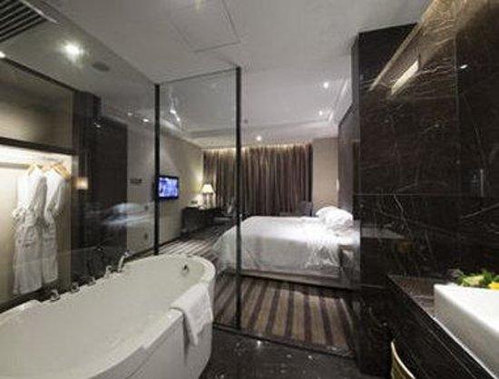 Days Hotel Huanan: Deluxe Suite Bathroom
