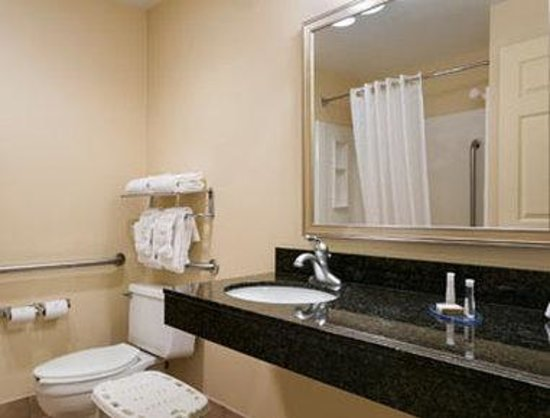 Baymont Inn & Suites Indianapolis West: ADA Bathroom