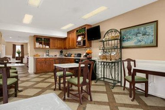 Baymont Inn & Suites Tuscaloosa: Breakfast Area