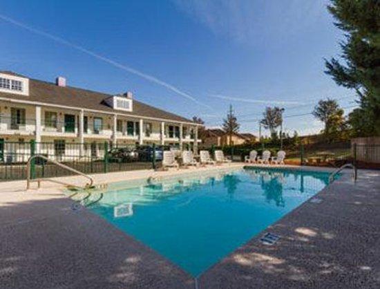 Baymont Inn & Suites Greenville: Pool