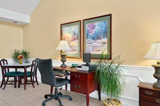 Baymont Inn & Suites Brunswick GA: Lobby
