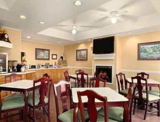 Baymont Inn & Suites Ormond Beach: Breakfast Area