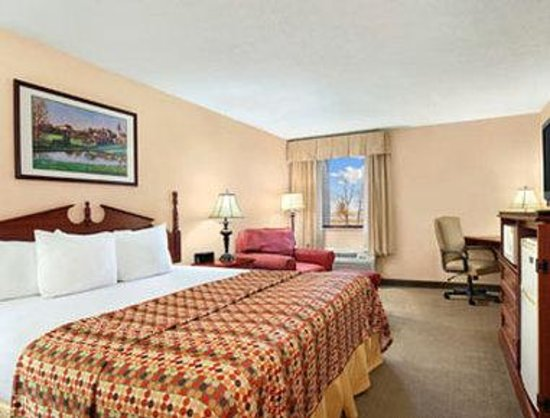 Baymont Inn & Suites Elkhart: Standard One King Bed Room
