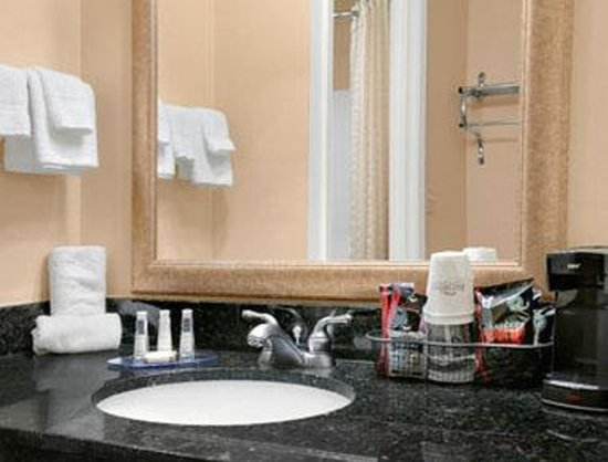 Baymont Inn & Suites Elkhart: Bathroom