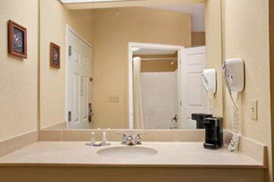 Baymont Inn & Suites Lafayette Airport: Bathroom