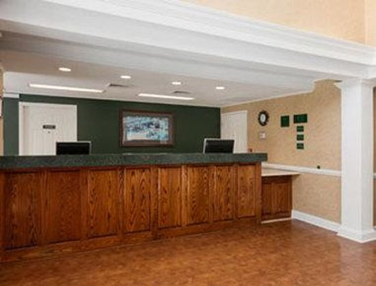 Baymont Inn & Suites Henderson Oxford: Front Desk