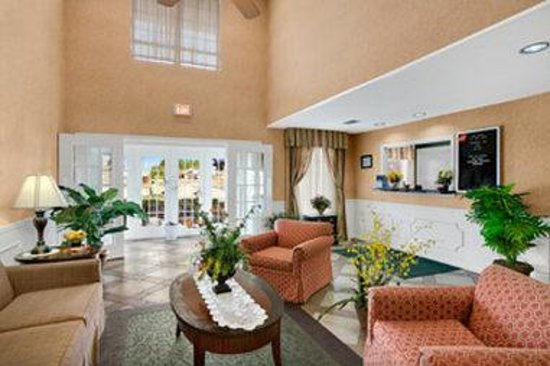 Baymont Inn & Suites Sanford: Lobby