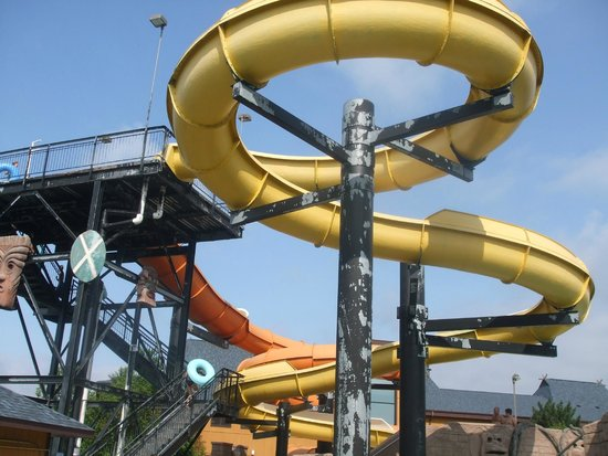 Polynesian Resort Hotel : water slide was a lot of fun! in bad need of some fresh paint