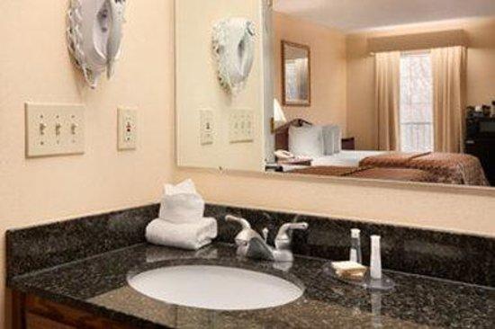 Baymont Inn & Suites Duncan/Spartanburg : Bathroom