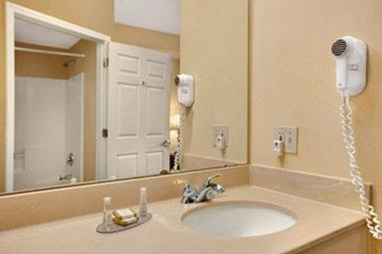 Baymont Inn & Suites Martinsville: Bathroom