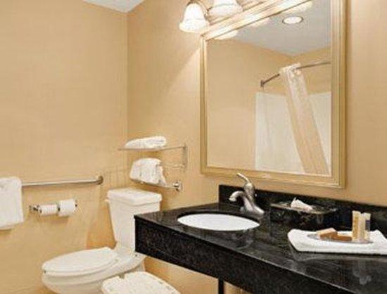 Howard Johnson Evansville East: ADA Bathroom