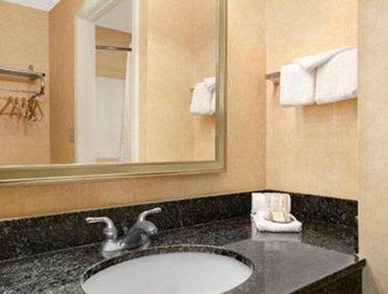 Howard Johnson Evansville East: Bathroom