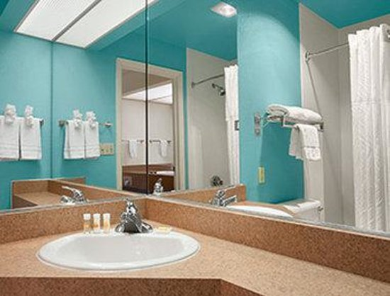 Days Inn by Wyndham Sierra Vista: Bathroom