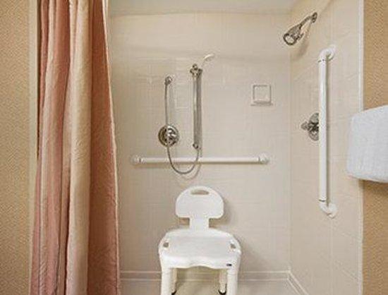 Baymont Inn & Suites Columbia Northwest: ADA Bathroom