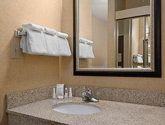 Baymont Inn & Suites Columbia Northwest: Bathroom