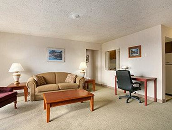 Days Inn & Suites Rhinelander: Suite