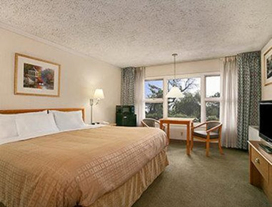 Days Inn & Suites Rhinelander: Standard King Room