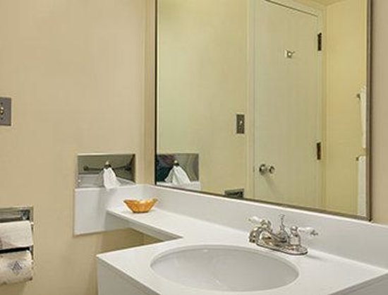 Days Inn & Suites Rhinelander: Bathroom