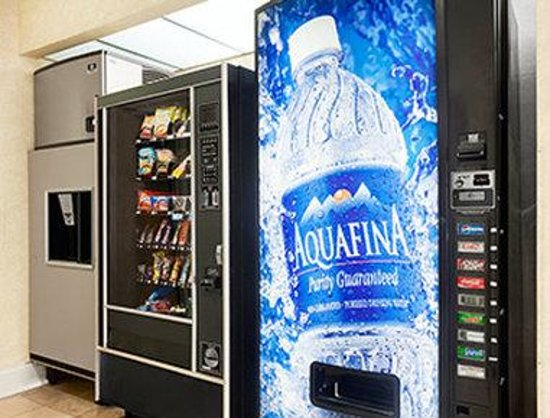 Howard Johnson Inn and Suites Vancouver by Vancouver Mall: Vending Machine