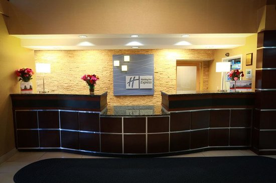Holiday Inn Express Hotel & Suites West Chester: Front Desk