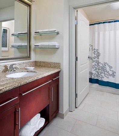 Residence Inn Fargo : Suite Bathroom