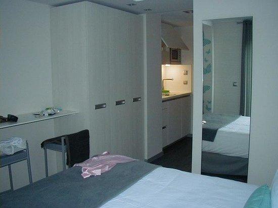 Salamanca Suite Studios: Buena cama, buen placard, escritorio mesada, cocinita...Todo