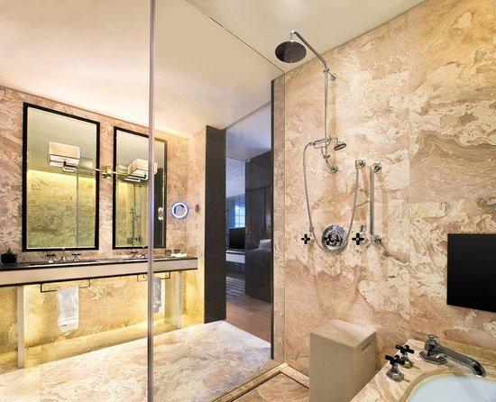 W Guangzhou: Bathroom