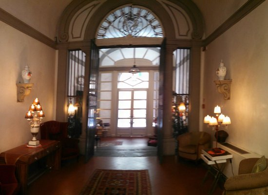 Relais Santa Croce: lobby looking towards front door
