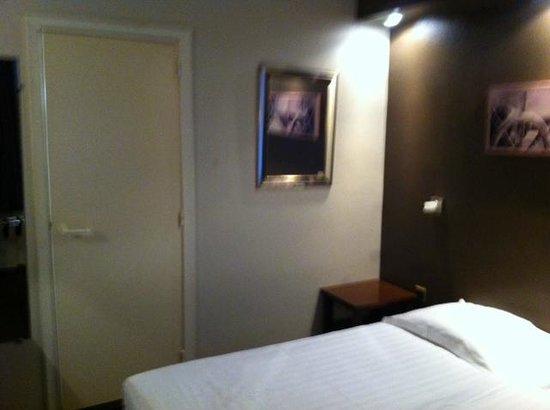 Hotel Burlington : Propre fonctionnelle, mais tres petite chambre
