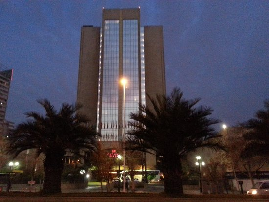 Crowne Plaza Santiago: Hotel at Night