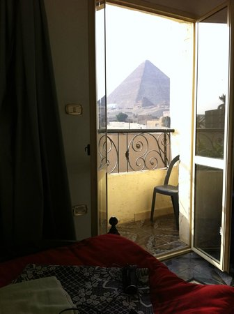 Pyramids View Inn: Vista de dentro do Quarto