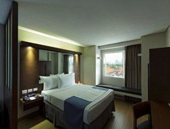 Microtel Inn & Suites by Wyndham Acropolis : One Queen Bed Suite