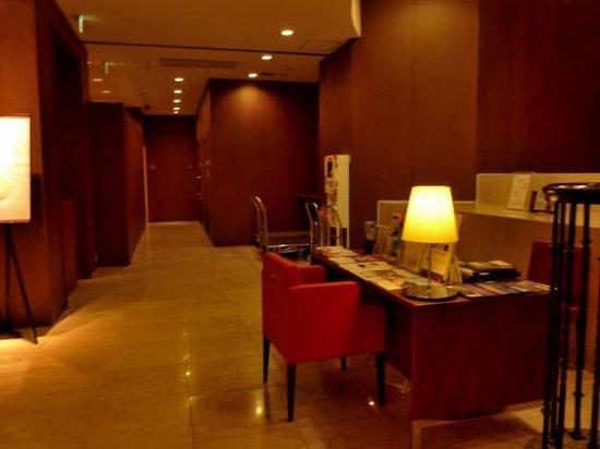 Oriental Hotel Hiroshima: フロント前のロビー