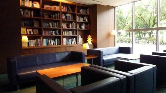 Oriental Hotel Hiroshima: 読書コーナー