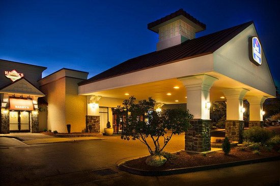 BEST WESTERN PLUS North Haven Hotel: Exterior At Night