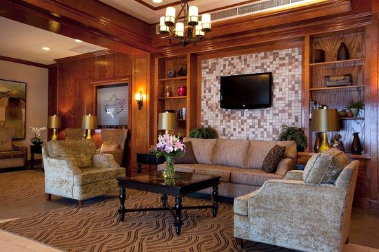 BEST WESTERN PLUS North Haven Hotel: Lobby with Sitting Area