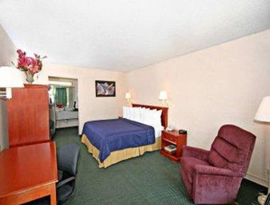 Greensboro East Motel: One King Bed Room