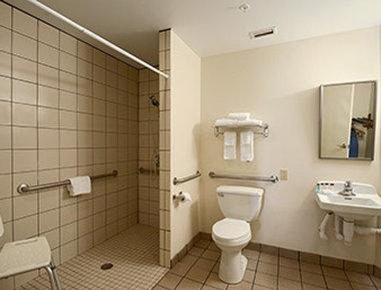 Ramada Kissimmee Downtown Hotel: Accessible Bathroom