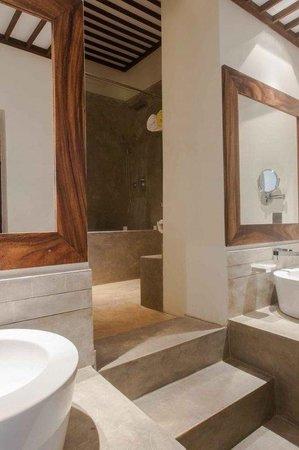 Colombo Courtyard : Bathroom Suite Room