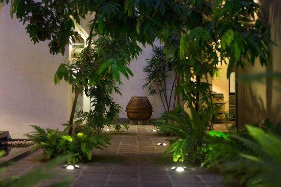 Colombo Courtyard : Main Entrance Walk Through View II