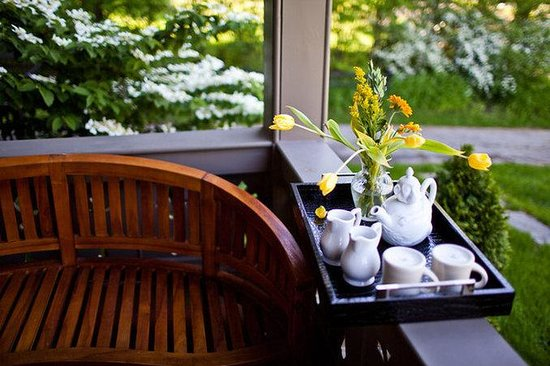 Made INN Vermont, an Urban-Chic Bed and Breakfast : Tea on the Victorian Porch