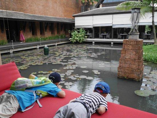 Anantara Mai Khao Phuket Villas : lagoon near breakfast area
