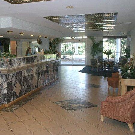 Studios & Suites 4 Less: Lobby View