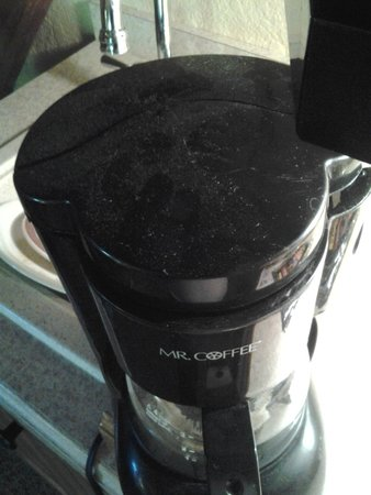 Kandahar Lodge: Dust on top of coffee maker