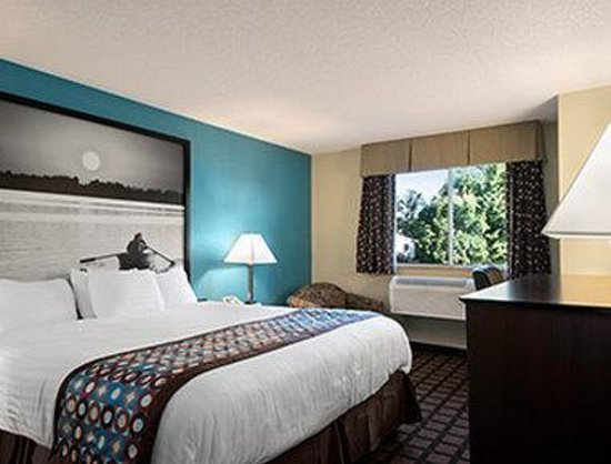 Super 8 Whitewater WI: Standard King Bed Room