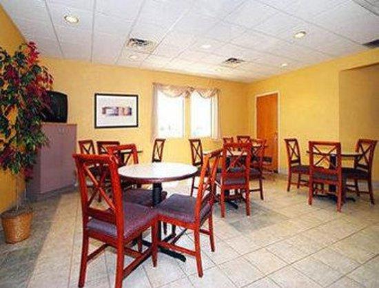 Baymont Inn & Suites Fort Wayne: Breakfast Setup