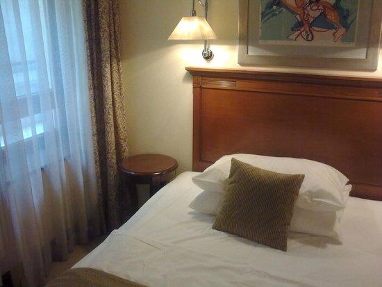 Best Western Premier Hotel Astoria: Comfortable room with modern art