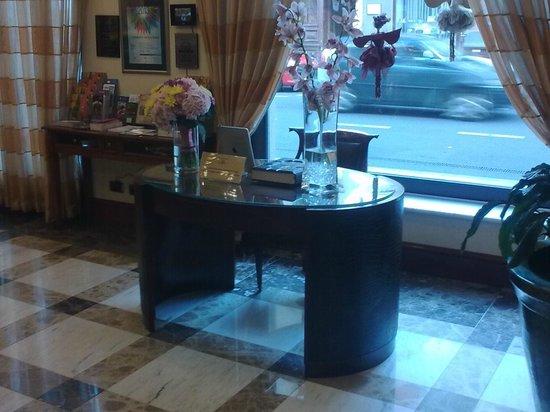 Best Western Premier Hotel Astoria: Desk with ipad