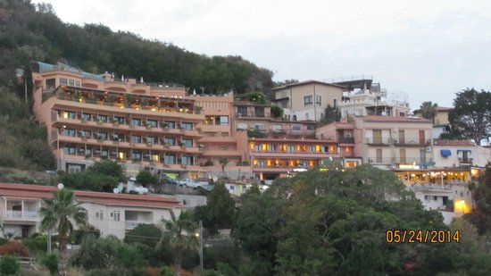 Mendolia Beach Hotel : Hillside of homes