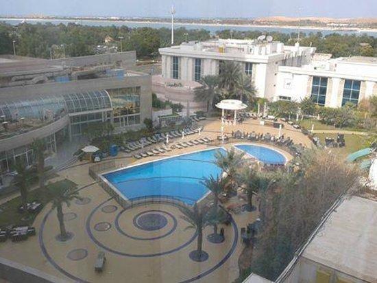 Le Royal Meridien Abu Dhabi : Pool Area and IMago Restaurant